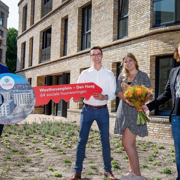 Bewoners nemen intrek in 64 sociale huurappartementen aan het Westhovenplein in Den Haag